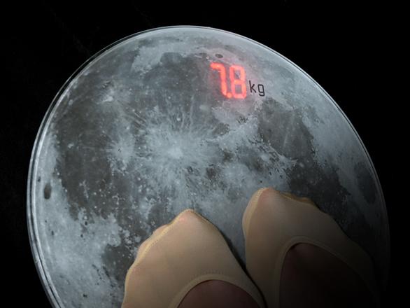 「地球」と「月」、それぞれの地点での体重が計れるスケールを発見!