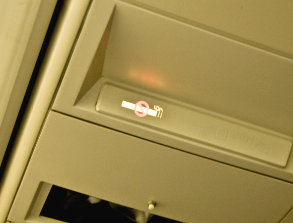 飛行機は禁煙なのに、なぜ灰皿があるのか