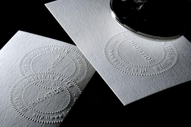 紙をはさんでギュッとにぎるだけ。名刺や手紙にさりげなく使いたい 撮影:石井幸久