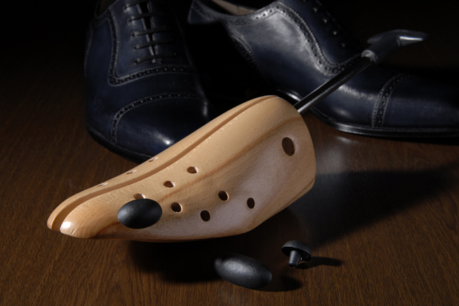 シューストレッチャーを革靴に入れ、金具を回せば、革が張った状態に。痛い思いをせずに、革靴を伸ばすことができる