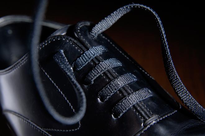 結んだりほどいたりと何かと面倒な紐靴だが、ゴム紐であればローファーのような履きやすさとなる