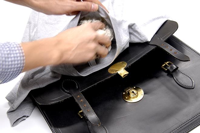 古新聞をTシャツでくるんだだけのシューキーパーならぬバッグキーパー? 撮影:石井幸久