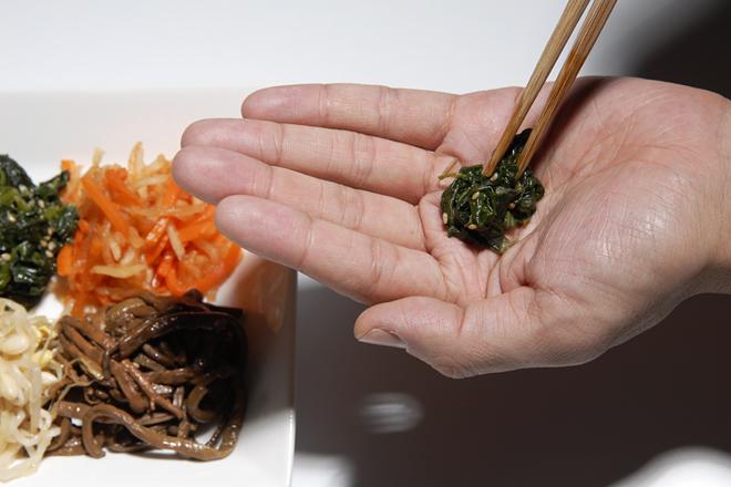 手のひらを皿代わりに使う「手皿」はマナー違反! 和食には意外なマナー違反が多数あり