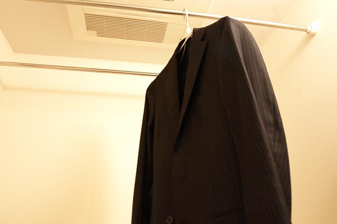 蒸気を満たしたバスルームに吊るしておくだけでOK。消臭剤を使うのも効果的