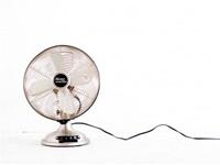 一人暮らしにも扇風機はおすすめのアイテム。部屋干しの洗濯物も風を送ると、素早く乾きます