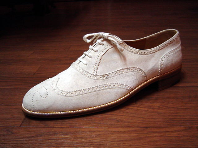 材質で両極端。白い革靴をケア ...