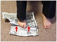 新聞をたぐり寄せます(片足ずつ)