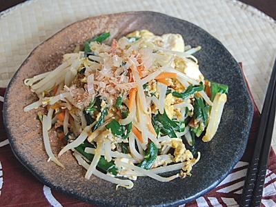 チャンプルーとは沖縄料理のひとつで、豆腐と野菜を炒めたもののこと。今回はもやしをメインに、ボリュームたっぷりのおかずに仕上げました。材料を特売日に買いに行け