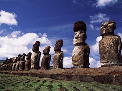 トンガリキのモアイ。イースター島はラパ・ヌイ語でラパ・ヌイ=大きな島。イースターの日にこの島が西洋に発見されたことから、イースター島の名がついた©牧哲雄
