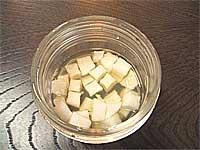 4.不久後就可以看到蘿蔔出水。把那些水和溫熱水按照喜好調配喝下,就可以讓不舒服的喉嚨獲得改善。不排斥蘿蔔者也可以食用蘿蔔