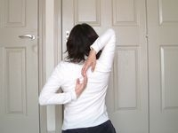 背中で手と手がつかめると肩の柔軟性はかなりよい
