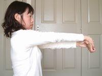 腕をまっすぐ伸ばして手首を軽くそらせます