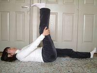 膝を曲げずにゆっくりと足をあげます
