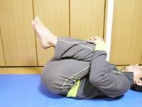 両膝をさらに胸へ近付け、腰部をストレッチします