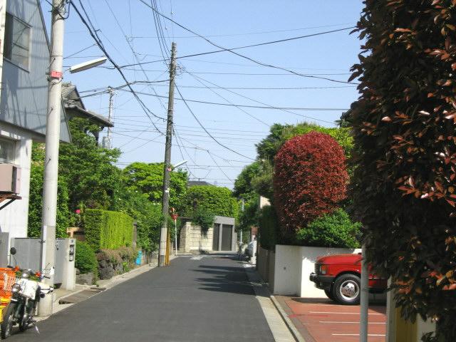 一戸建ての多い住宅街 一戸建ての多い閑静な住宅街は駅から離れていることが多いが……もうひとつが.