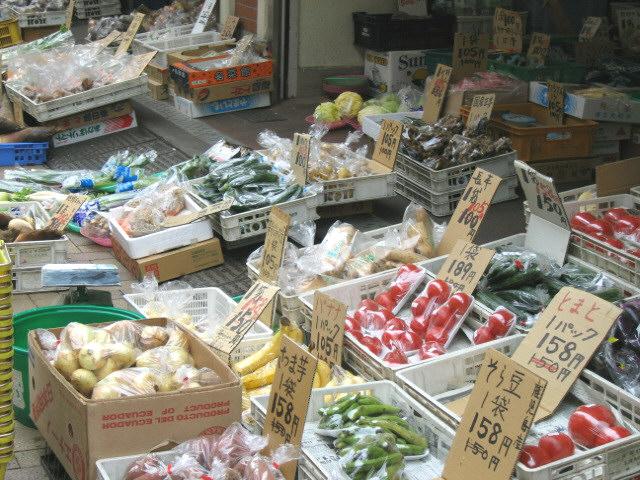 西口の八百屋 商店街の中には八百屋、豆腐屋、製麺屋に和菓子屋さんなどが。自家製の商品... 北浦