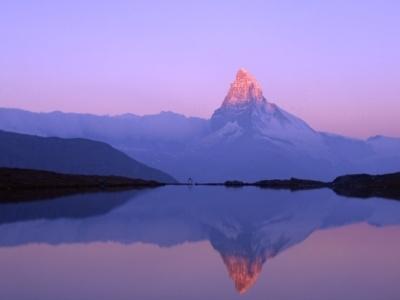 朝焼けのマッターホルン。山上湖、スティゼーにて