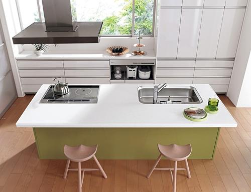 アイライドキッチンは複数で使いやすいキッチンスタイル。かち合いそうになっても反対側からサッと抜けられる。(パナソニック)