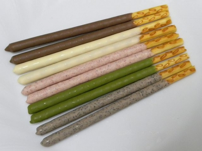 「バトンドール」の5種類のフレーバー、奥から〔ミルク〕〔ホワイト〕〔ストロベリー〕〔宇治抹茶〕〔カフェ〕
