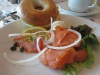 朝食の一例。サーモンのベーグル