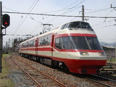 小田急時代とほぼ同じ姿で走る長野電鉄のロマンスカー「ゆけむり」