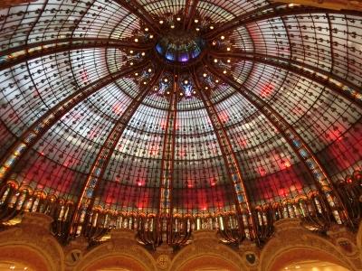 ギャラリーラファイエット 天井の大きなドーム型のステンドグラスが美しい! パリで最も大きくて品揃