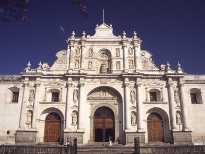 アンティグアの守護聖人サンティアゴを祀るバロック式のカテドラル。カテドラ... アンティグアの守