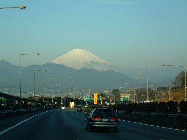 東名高速道路 大井松田インターチェンジ付近(下り線)から眺める富士山