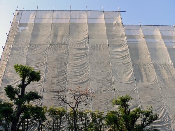 マンションの大規模修繕工事 大規模修繕工事中はシートに覆われる マンション外壁の大規模修繕工事を