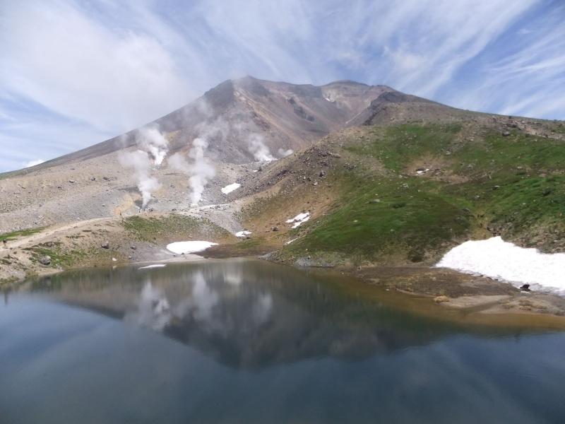 姿見の池と旭岳の雄姿
