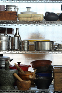 人のぬくもりが伝わるアイテムが好きだという佐藤さんの自宅キッチンには、現地で購入した手づくりの臼やお母様手づくりの木のかごが並ぶ。