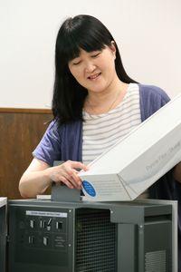 空気清浄機をチェックする戸井田さん