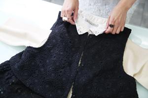 mieuxrie(ミューリエ)ブランドの新作。付け襟とニットがセットでかわいい。レースのベストはリバーシブルとなっている。自分流の多彩な着こなしのできる逸品だ