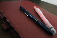 多機能ペンとピンクの蛍光ペンは、現在も愛用している