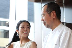 「初めてお会いしてから、もう10年以上経つんですね」とお互い笑う志賀シェフと清水さん。