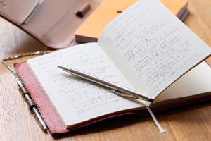 取材に欠かせないノートと書き慣れたペン。志賀さんの言葉は、一言ももらさず書き留めたいという清水さん。