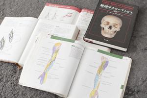 自宅には、学生時代から使用している学術書の山が。医師として勤務している今も、勉強は続けている。