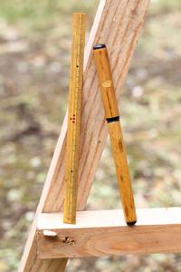 力の伝わりが素直にでる筆ペンを愛用。自身で削って20cmにした定規は、30年以上使い続けている。