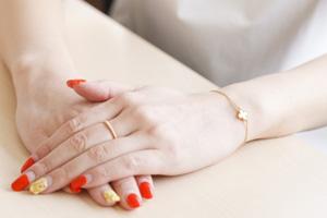 ヴァン クリーフ&アーペルのブレスレットと指輪は30歳になるとき自費で購入。「ほしいものを自分のお金で買うのが大人の女!」と半ば痩せ我慢で
