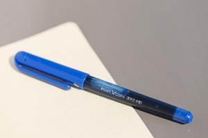 「変だよね?」「イケてる」。思ったことはすかさずメモ。インスピレーションが膨らむのは、方眼タイプのノートとパイロット社の水性ボールペン