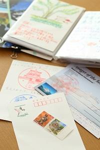 必ず旅先から自宅宛てにハガキを出すという。家族で一言ずつ明記し投函するとハガキには日付が印字されるので、思い出も明確に