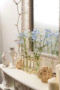 「花から元気をもらう」と言う和田さん。常に花を欠かさない。家の中は花とセンスの良い小物とインテリアで満たされ、好きなものに囲まれてリラックスできる空間となっている。