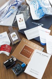 グロッシーボックスは2800円。13種類のブランド品の詰め合わせは、ぎっしりと箱に入りきらないほど。すべてのブランド品に藤村さんのコメントが入った