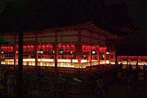 赤い提灯が印象的な京都伏見稲荷大社の宵宮祭
