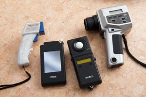 調査のたびに持ち歩く商売道具。左から放射温度計。分光計。照度計。輝度計。