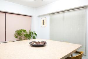 会議室。全般照明用の蛍光ランプ天井灯を点灯