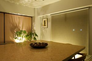 天井の蛍光灯を消し、目線より下に間接照明用器具を2灯点灯