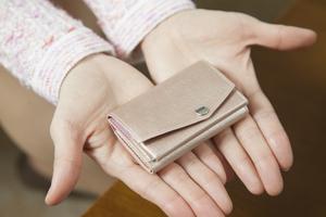 お金が貯まるかどうかは、生活習慣の積み重ね。山口さんのお財布は、こんなに小さい。カード2~3枚と現金1万円程度