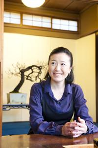 もともと盆栽は男社会。女性でありながら清香園の家業を継いだ山田さんは、女性である弱みを強みに変えて、盆栽ファンを増やしている