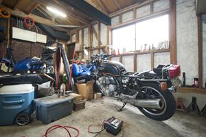 バイクも大好き。自宅ガレージはホンダCB750エアラ、ホンダCBX1000、ヤマハRZV500、ハーレーダビットソンとお宝の山。
